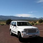 Katja wartet in unserem Jeep