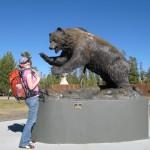 Katja vor dem Bear and Wolf Recovery Center